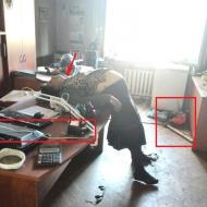 Uškrcená starší žena v jedné z kanceláří Domu odborů